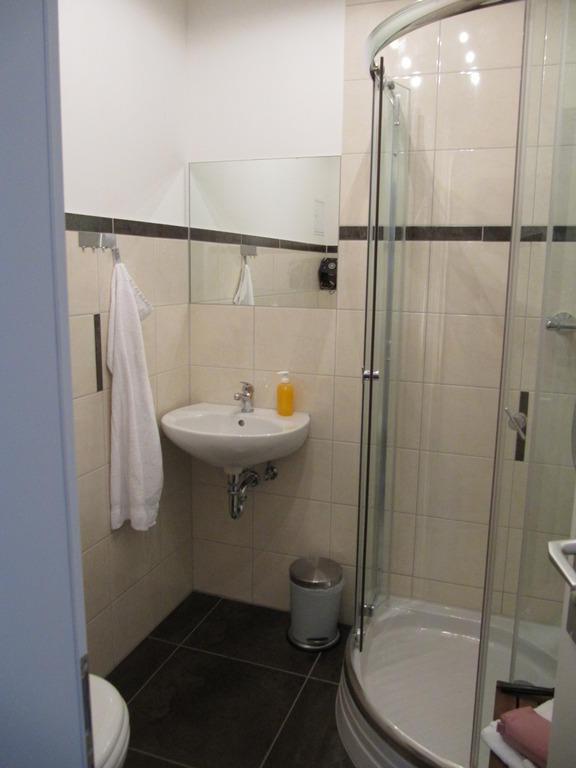 bild sch nes neues bad zu hotel stadtperle rostock in rostock. Black Bedroom Furniture Sets. Home Design Ideas