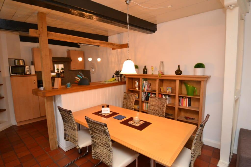 bild offene k che mit essbereich zu ferienhaus altes speicherkontor in flensburg. Black Bedroom Furniture Sets. Home Design Ideas