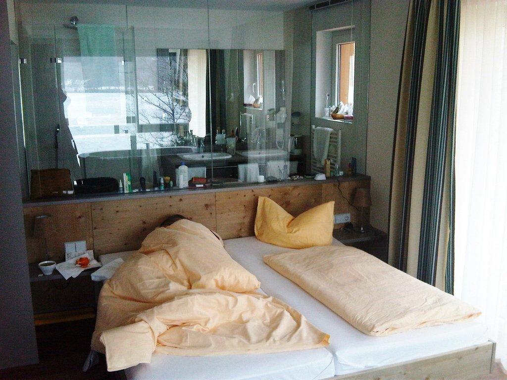 bild bett mit glaswand zum bad zu seehotel wiesler in titisee neustadt. Black Bedroom Furniture Sets. Home Design Ideas