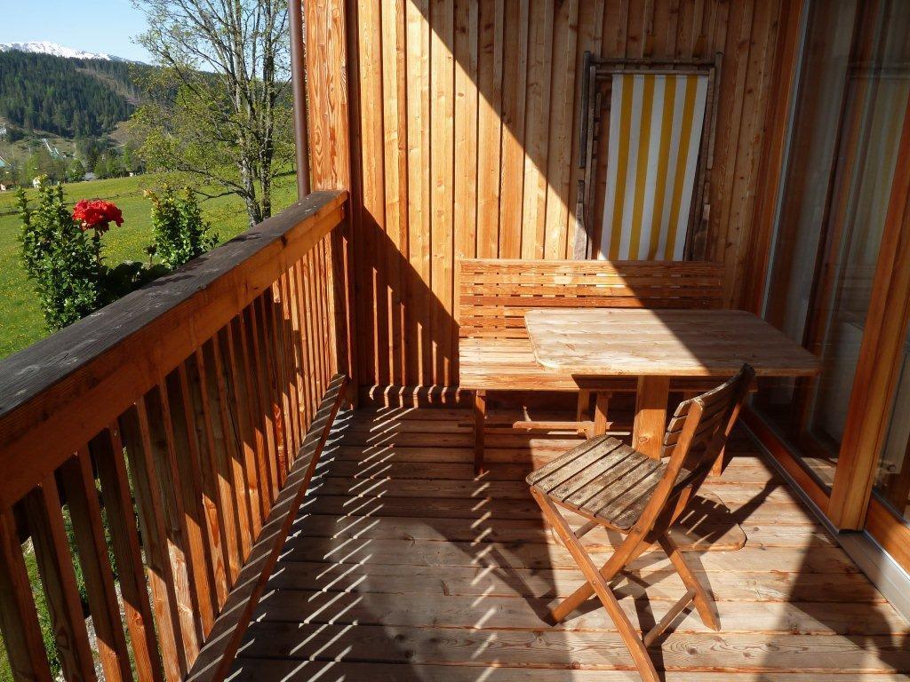 bild balkon mit sitzgruppe und liegestuhl zu biohotel. Black Bedroom Furniture Sets. Home Design Ideas