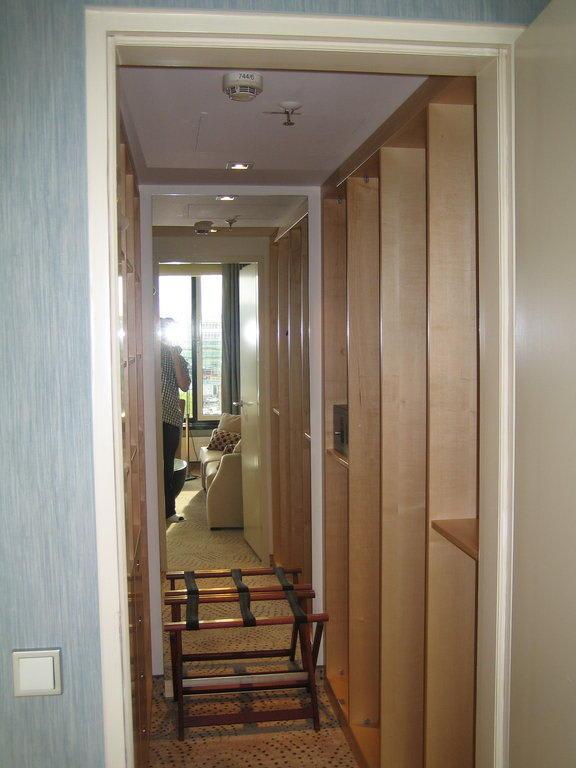 bild begehbarer kleiderschrank zu sheraton berlin grand. Black Bedroom Furniture Sets. Home Design Ideas
