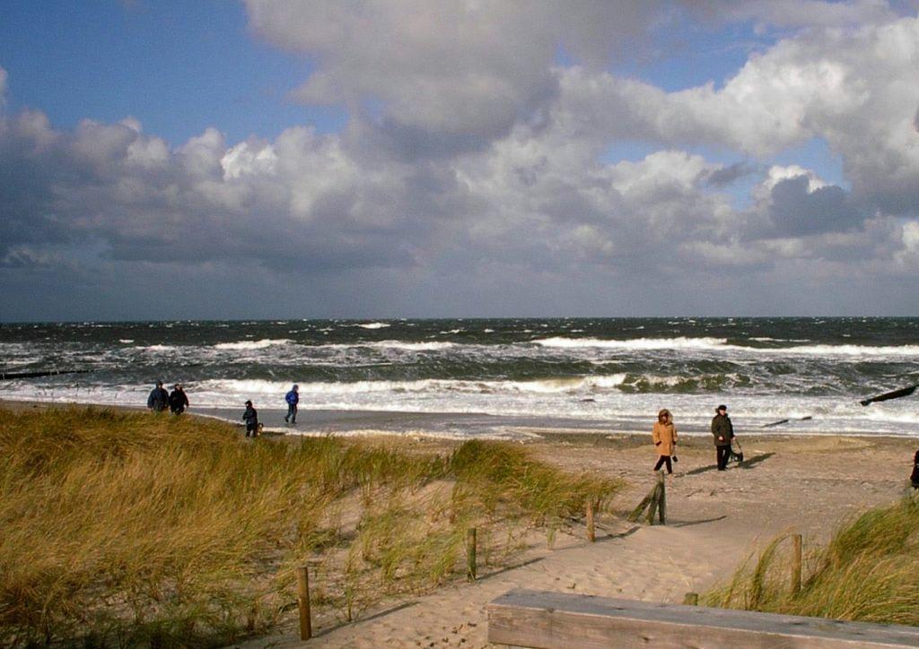 """bild """"strandspaziergang bei sturm im herbst"""" zu strand, Innenarchitektur ideen"""