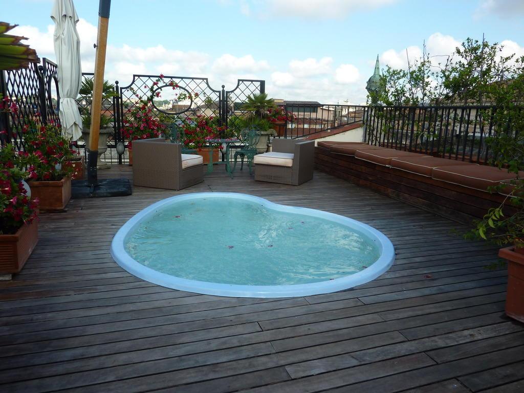 bild dachterrasse mit whirlpool 2 zu hotel colonna palace in rom. Black Bedroom Furniture Sets. Home Design Ideas