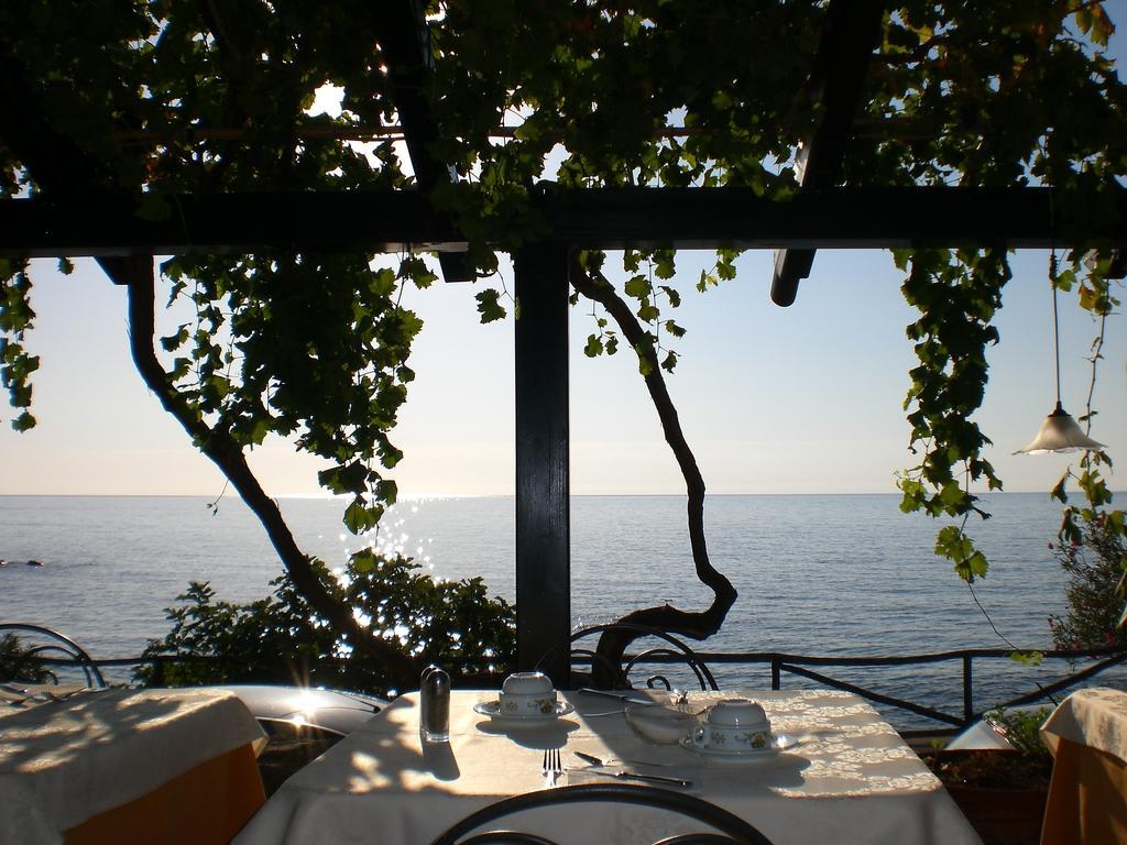 bild fr hst ck auf terrasse mit meerblick zu hotel costa dorada in cala gonone. Black Bedroom Furniture Sets. Home Design Ideas