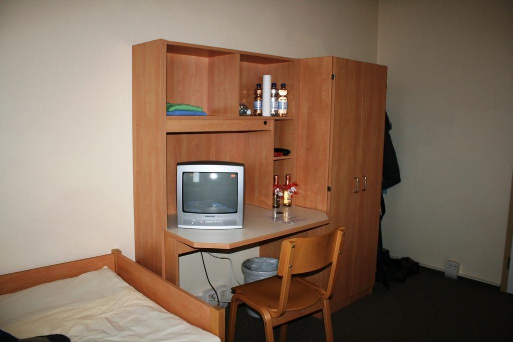bild schrank mit schreibtisch zu jugendherberge dresden. Black Bedroom Furniture Sets. Home Design Ideas