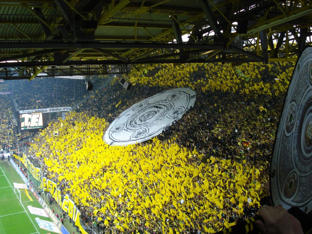 bild schwarz gelbe wand s dtrib ne zu signal iduna park ex westfalenstadion in dortmund. Black Bedroom Furniture Sets. Home Design Ideas