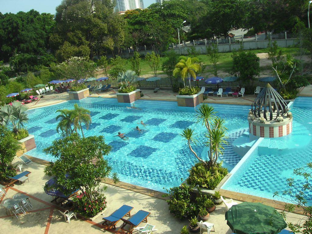 bild garten mit pool zu hotel lek villa in pattaya. Black Bedroom Furniture Sets. Home Design Ideas