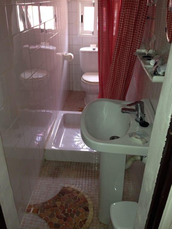 """Bild """"extrem kleines Bad Durchgang zum Klo über die Dusche"""" zu Hotel Villa Palmer in Paguera ..."""