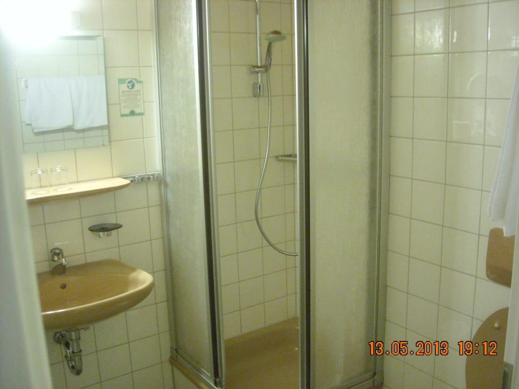 bild sehr enger badeinstieg zu hotel schwarzw lder hof in freiburg im breisgau. Black Bedroom Furniture Sets. Home Design Ideas