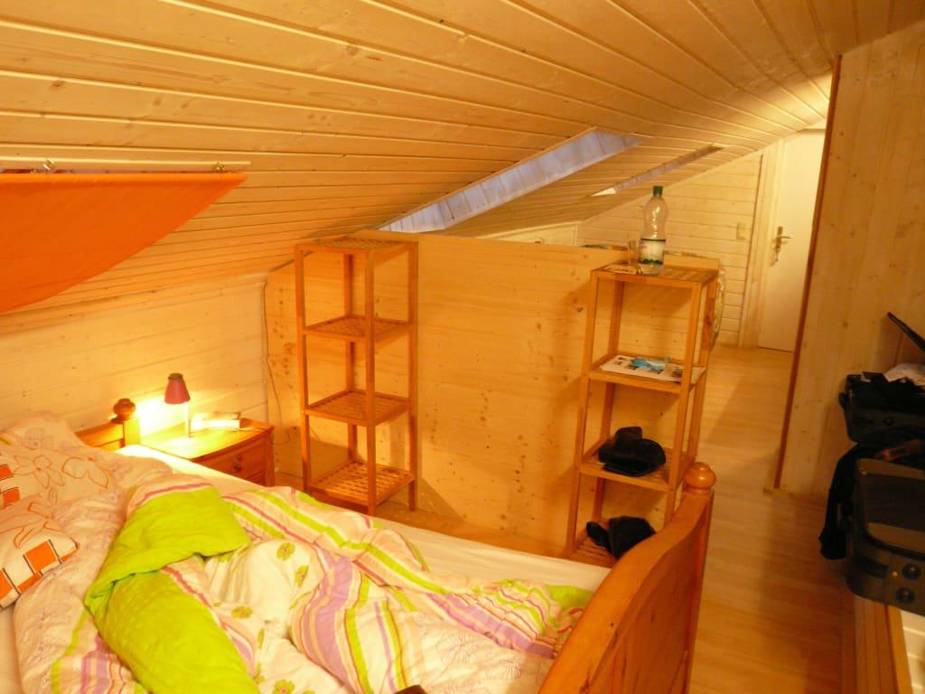 bild schlafzimmer mit trennwand zu ferienwohnungen. Black Bedroom Furniture Sets. Home Design Ideas