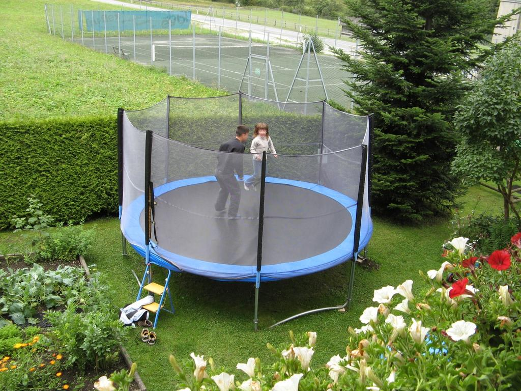 bild trampolin im garten zu pension wasserfall in neustift stubaital. Black Bedroom Furniture Sets. Home Design Ideas