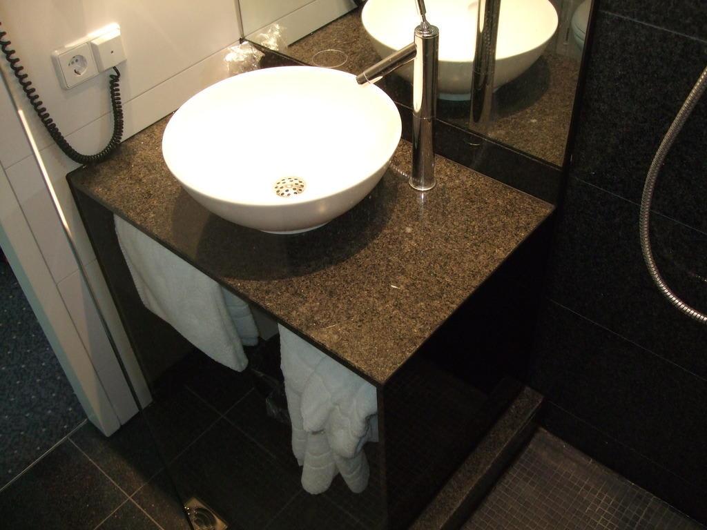bild bad zu motel one n rnberg city in n rnberg. Black Bedroom Furniture Sets. Home Design Ideas
