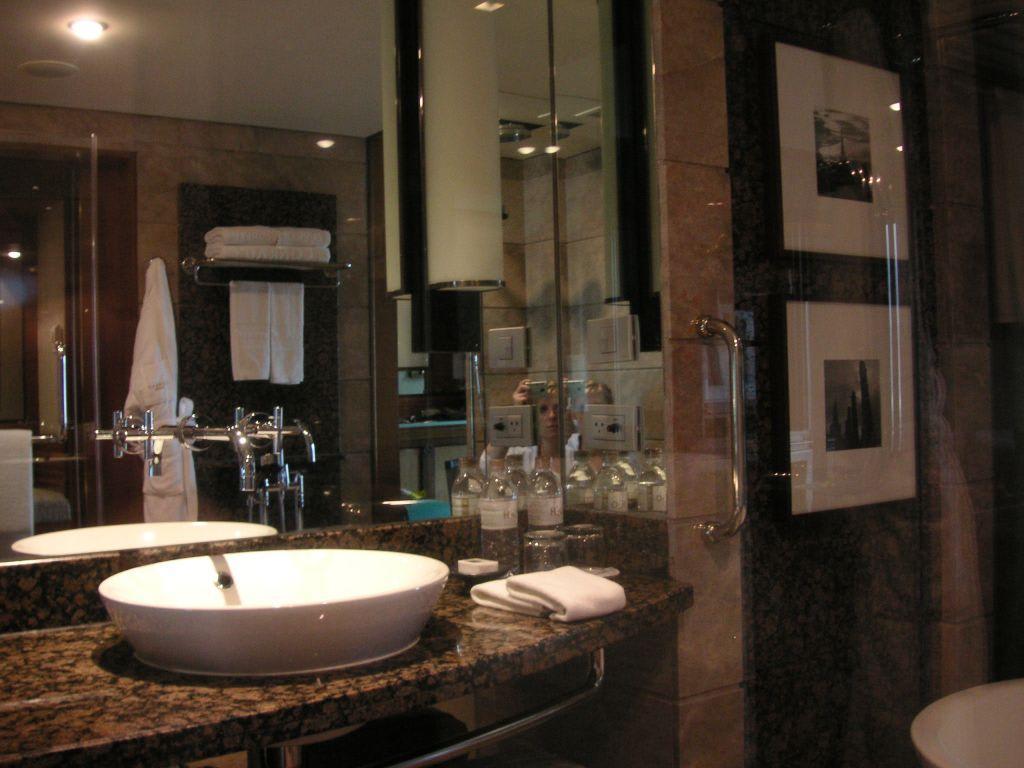bild luxus badezimmer zu hotel conrad bangkok in bangkok. Black Bedroom Furniture Sets. Home Design Ideas