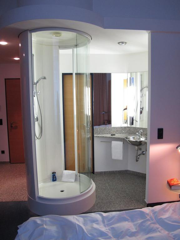 """Hotel Berlin Dusche Im Zimmer : Bad mit der Dusche mitten Zimmer"""" zu Hotel INNSIDE Berlin in Berlin"""