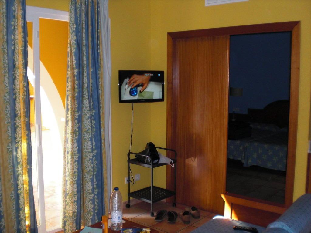 """Bild """"Trennung Schlafzimmer Wohnraum"""" zu Aparthotel Blanc Palace in Cala Santandria"""