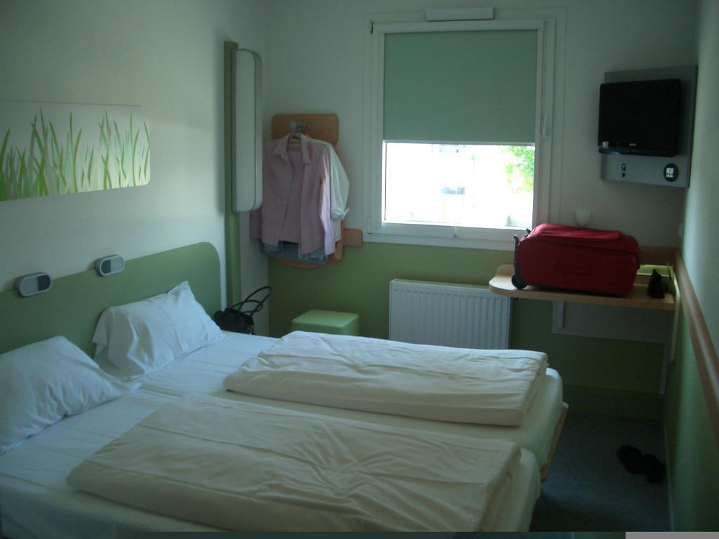 """Ibis Budget Dusche Im Zimmer : Bild """"Renoviertes Zimmer"""" zu ibis budget Hotel Hamburg Quickborn in"""