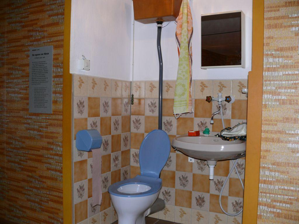 bild wc bad zu ddr museum karl liebknecht str 1 in berlin mitte. Black Bedroom Furniture Sets. Home Design Ideas