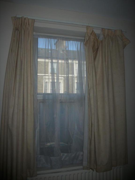 bild fenster mit ohne gardine zu a to z hotel in acton. Black Bedroom Furniture Sets. Home Design Ideas