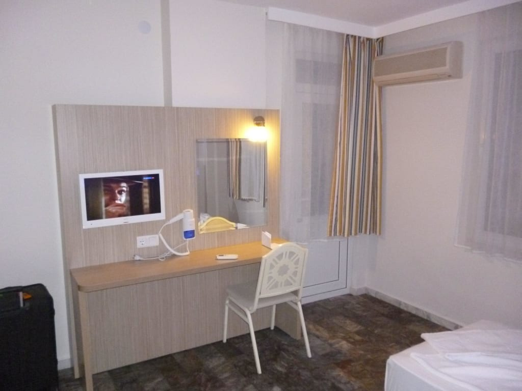 bild fernseher tisch f hn zu bora bora butik hotel in. Black Bedroom Furniture Sets. Home Design Ideas