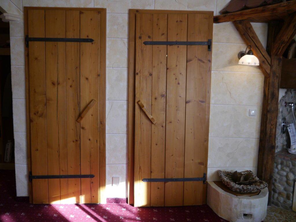 bild wc sowie badezimmert r zu hotel guglwald in guglwald. Black Bedroom Furniture Sets. Home Design Ideas