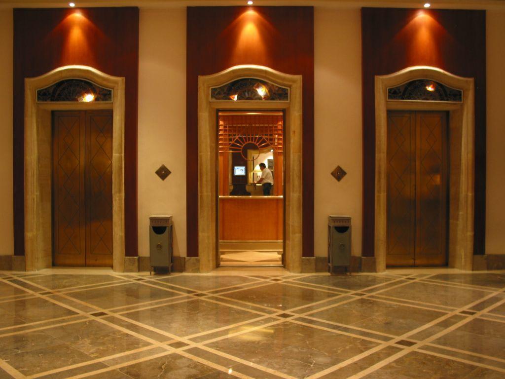 Foyer Im Hotel : Bild quot aufz�ge im foyer zu melia purosani hotel in yogyakarta