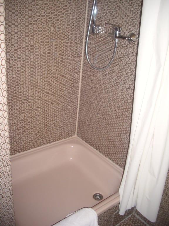 Bild badezimmer wandverkleidung im stil der 60er jahre for Badezimmer 60er
