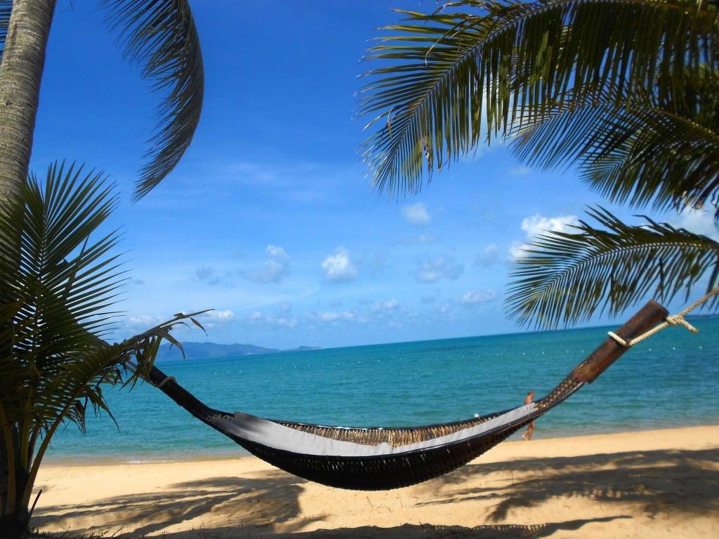 bild h ngematte am strand zu hotel santiburi resort in. Black Bedroom Furniture Sets. Home Design Ideas
