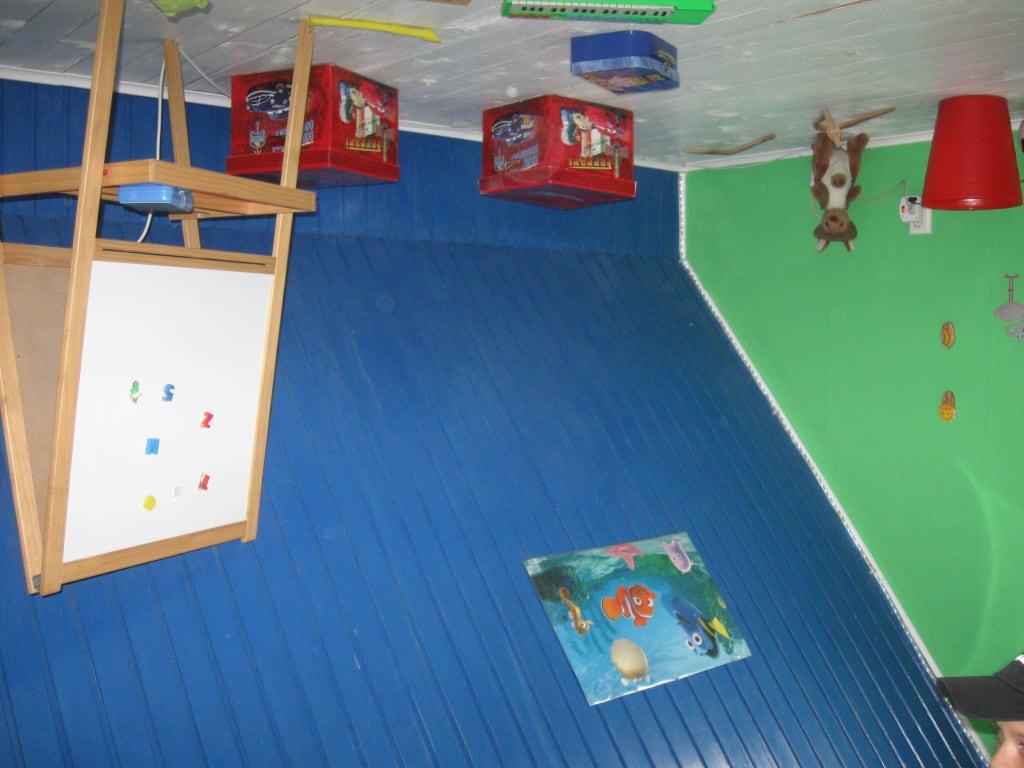 bild verkehrtes haus kinderzimmer zu erlebniswelt die welt steht kopf in trassenheide. Black Bedroom Furniture Sets. Home Design Ideas