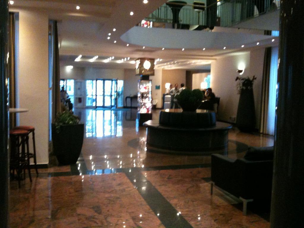 bild lobby mit marmorboden zu hotel holiday inn m nchen. Black Bedroom Furniture Sets. Home Design Ideas