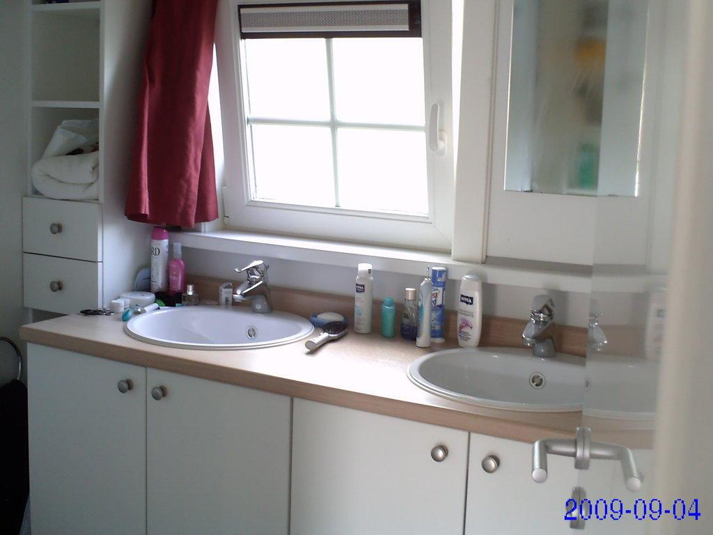 bild badezimmer 2 waschbecken wc badewanne dusche zu hotel molenheide ferienpark in. Black Bedroom Furniture Sets. Home Design Ideas