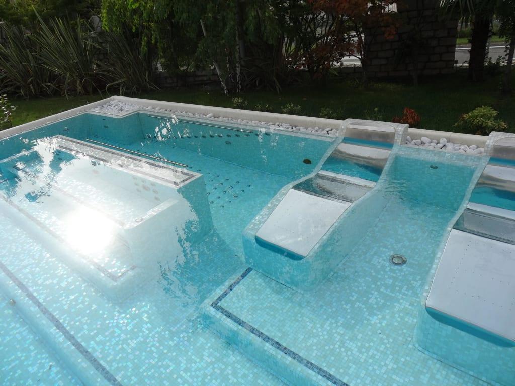 bild massageliegen im pool zu hotel tobago in garda. Black Bedroom Furniture Sets. Home Design Ideas
