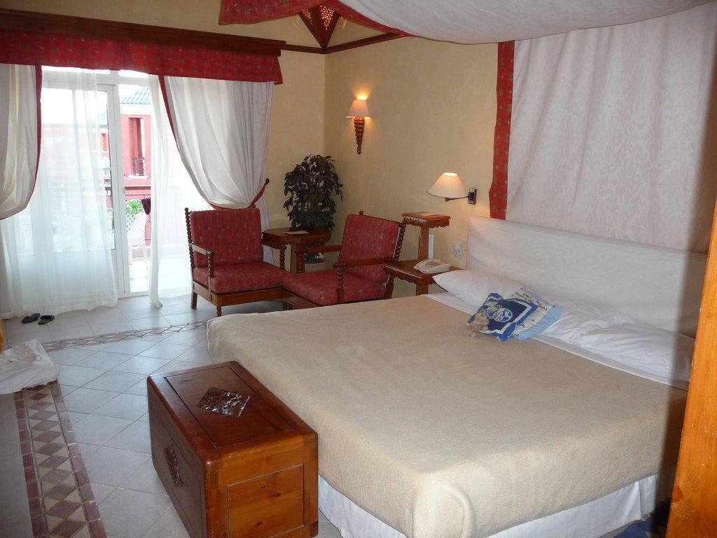 bild zimmer im hotel grand resort zu hotel grand resort in hurghada. Black Bedroom Furniture Sets. Home Design Ideas