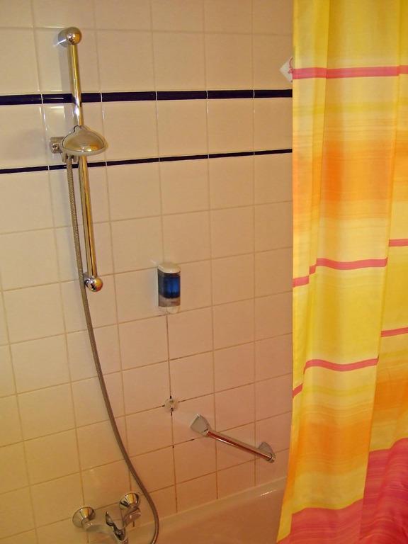 bild badewanne mit duschvorhang zu hotel lilienhof in salzburg. Black Bedroom Furniture Sets. Home Design Ideas