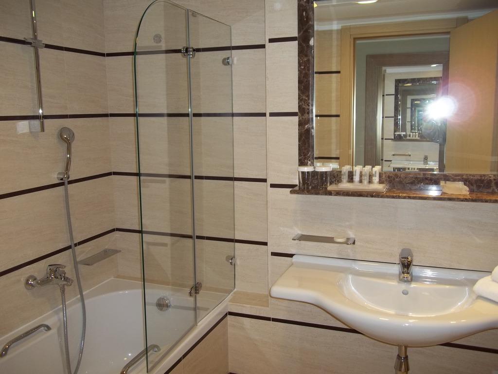 duschen in der badewanne in kleinen b dern kann auch eine badewanne. Black Bedroom Furniture Sets. Home Design Ideas