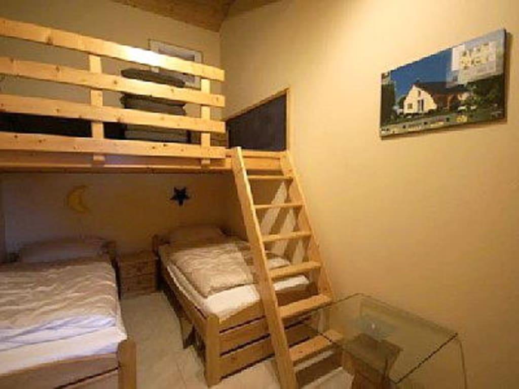 bild kinderzimmer mit 2 betten und spielbereich oben zu feriendorf sehestedt in jade. Black Bedroom Furniture Sets. Home Design Ideas