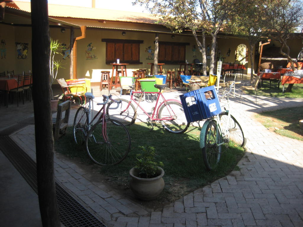 bild fahrrad deko zu etosha safari camp in etosha nationalpark. Black Bedroom Furniture Sets. Home Design Ideas