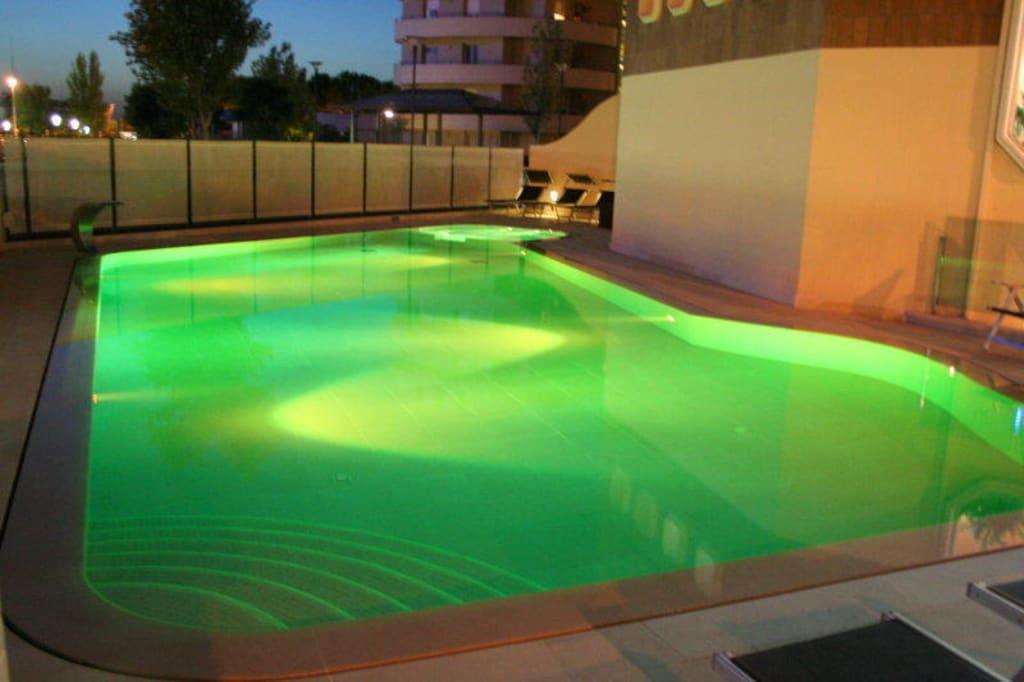 bild pool gr n zu hotel acapulco in cattolica. Black Bedroom Furniture Sets. Home Design Ideas