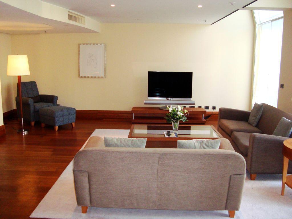 riesiges offenes wohnzimmer bilder zimmer hotel park hyatt hamburg. Black Bedroom Furniture Sets. Home Design Ideas