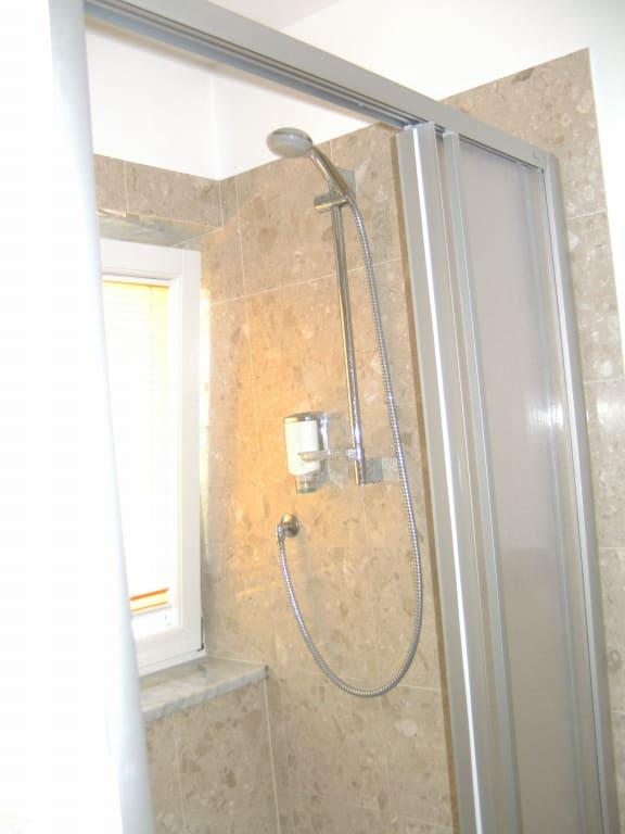 """Dusche Am Fenster : Bild """"Bad – Dusche mit Fenster"""" zu Hotel Teutschhaus in Kurtining"""