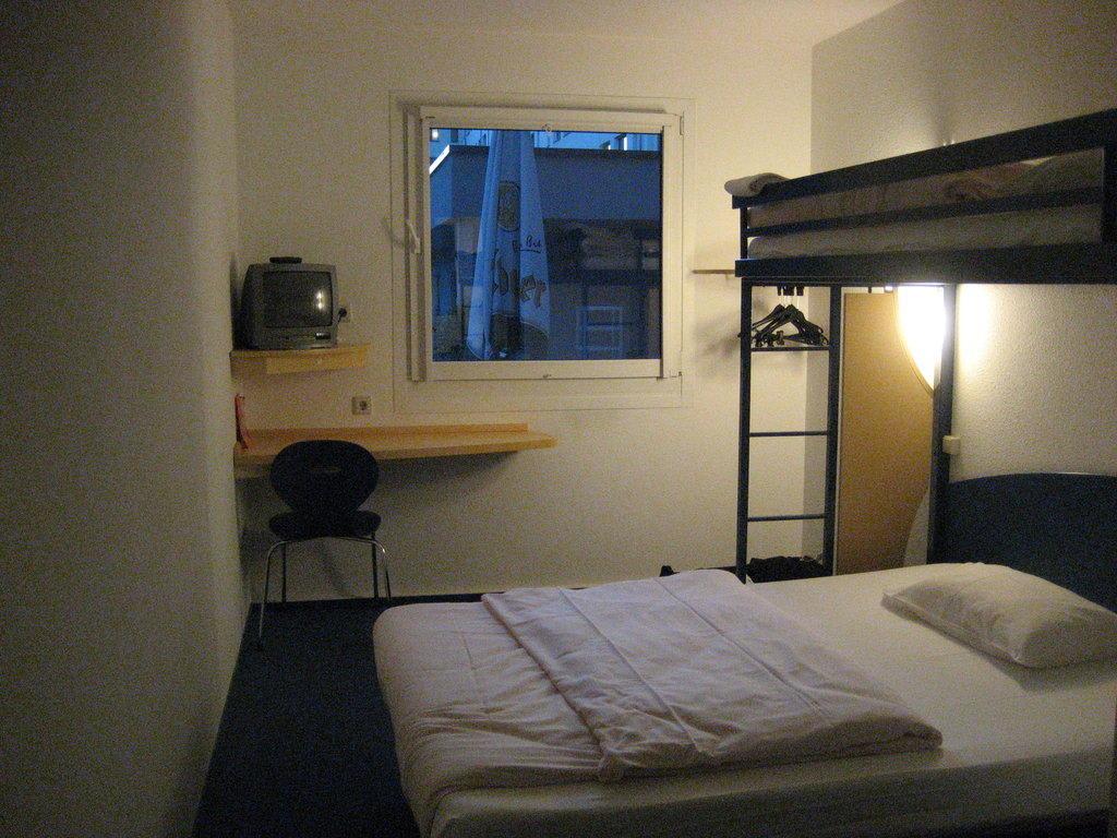 bild doppelbett mit hochbett zu ibis budget hotel berlin. Black Bedroom Furniture Sets. Home Design Ideas