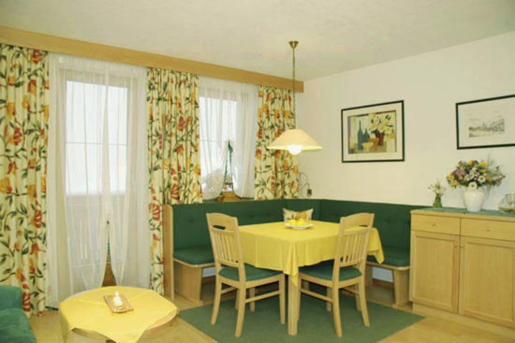 bild wohnzimmer essecke zu haus anemone in serfaus. Black Bedroom Furniture Sets. Home Design Ideas