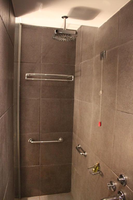 bild luxus duschen zu hotel avala in budva. Black Bedroom Furniture Sets. Home Design Ideas