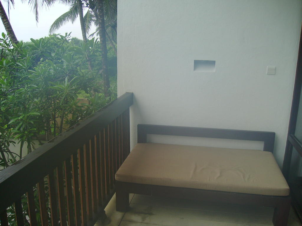 bild liege auf dem balkon zu resort spa temple tree in induruwa. Black Bedroom Furniture Sets. Home Design Ideas