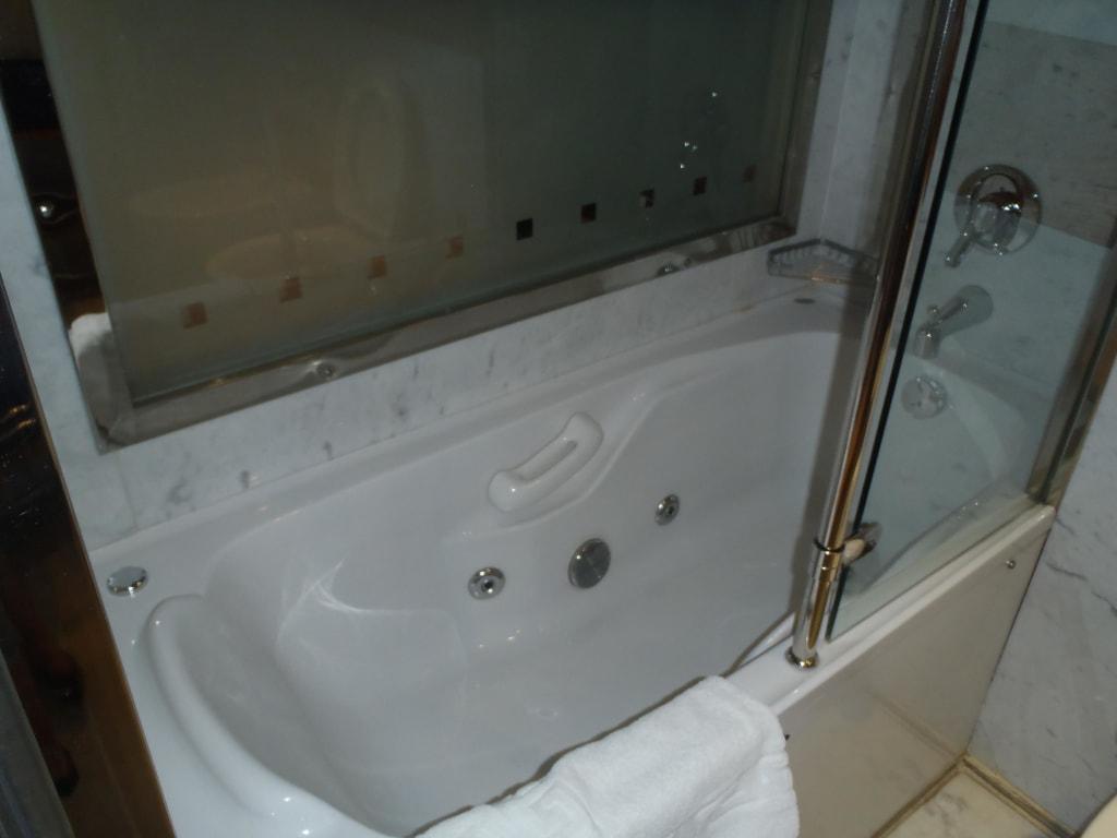 whirlpool badezimmer hausgestaltung ideen. Black Bedroom Furniture Sets. Home Design Ideas