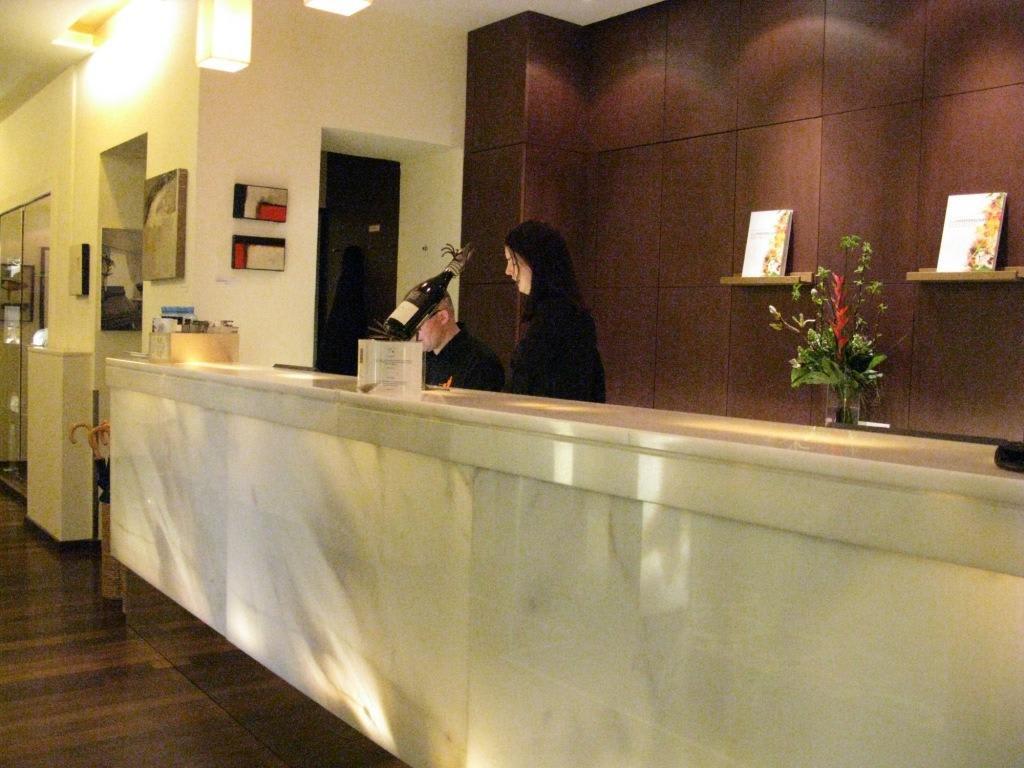 Bild rezeption zu hotel rathaus wein design in wien for Design hotel quartier 65 mainz