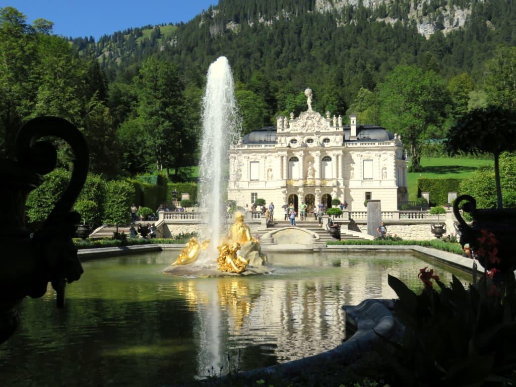 Bild Fontane Uber Dem Wasserbecken Zu Schloss Linderhof In Ettal