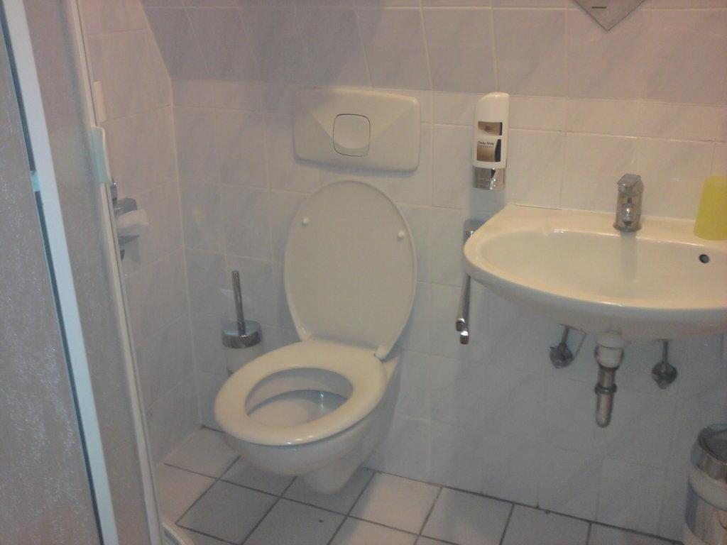 bild das dreckige bad zu hotel neuh fer am s dpark in bad nauheim. Black Bedroom Furniture Sets. Home Design Ideas