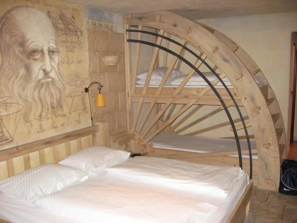 bild doppelbett und hochbett im m hlenrad zu hotel. Black Bedroom Furniture Sets. Home Design Ideas