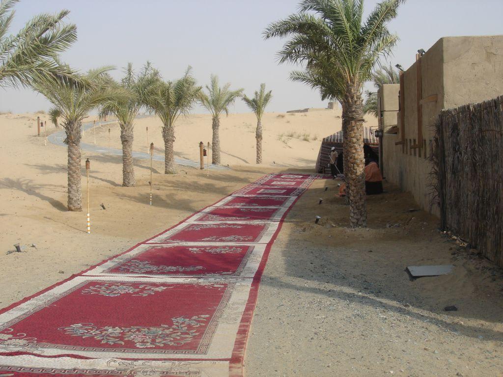 bild rote teppiche pflastern den weg zum eingang zu. Black Bedroom Furniture Sets. Home Design Ideas