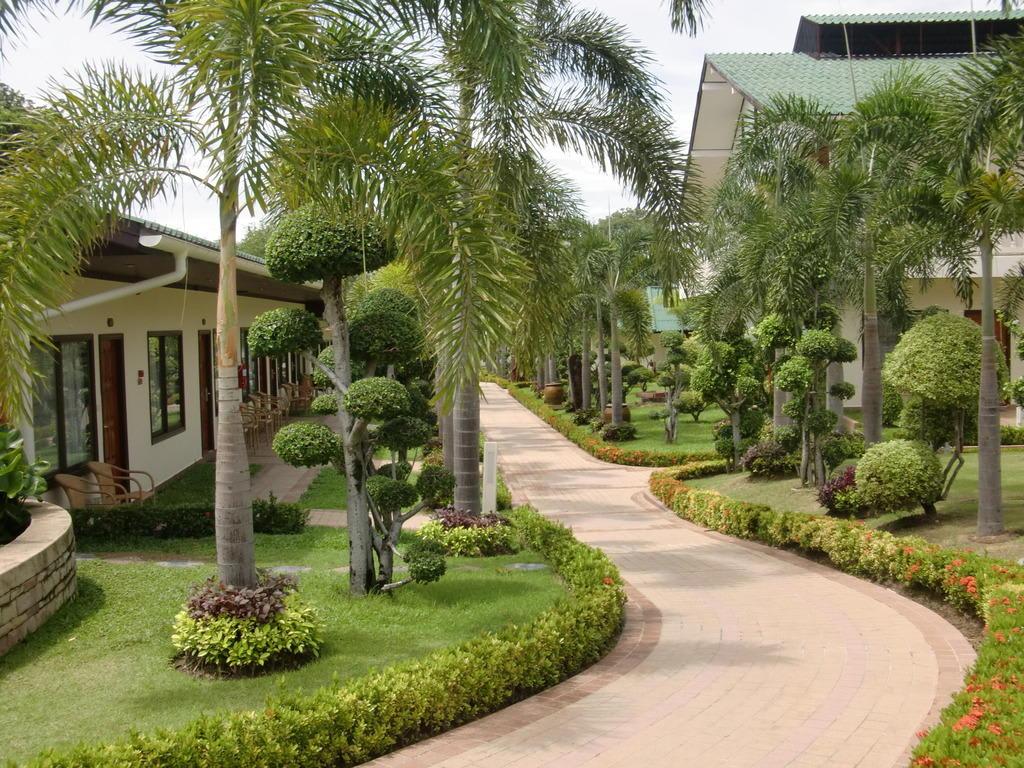 Bild quotweg zum bungalowquot zu thai garden resort in pattaya for Katzennetz balkon mit pattaya garden resort bungalow